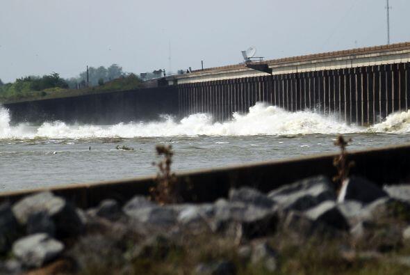Un grupo de ingenieros del ejército estadounidense abrió el canal de des...