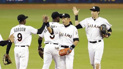 Jugadores de los Marlins de Miami festejan su triunfo sobre los Nacional...