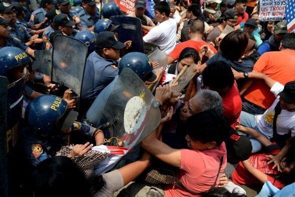 Cientos de jóvenes se enfrentaron a la policía.