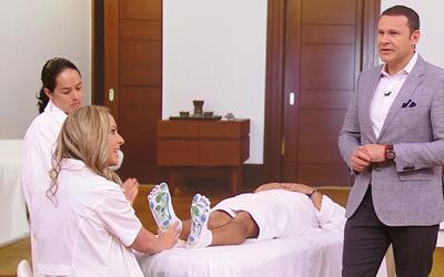 Alan aprendió cómo puede relajarse con masajes de reflexología en los pies