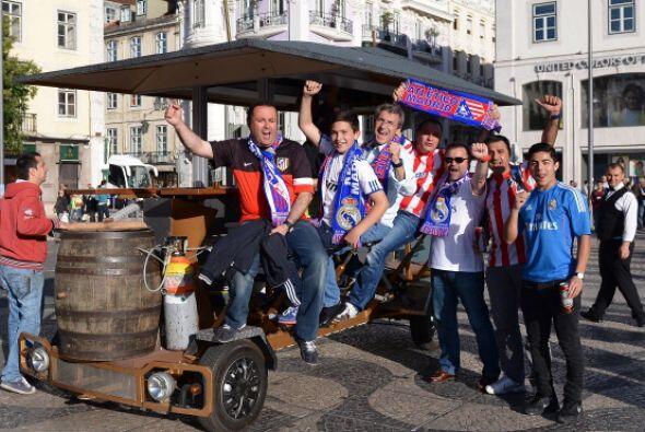 Madriddistas y colchoneros juntos amigos de ciudad, enemigos deportivos.
