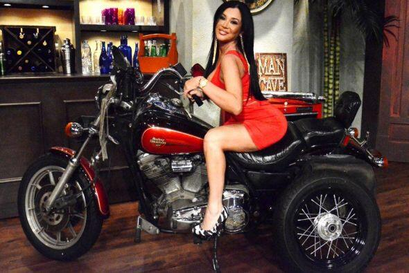 Una de sus aficiones es montar, en moto.