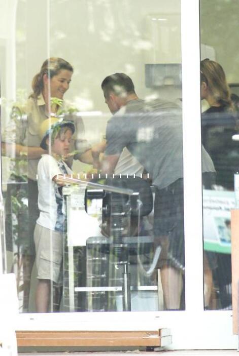 Dentro de otra instalación del zoológico, Brad y Angelina siguieron cuid...
