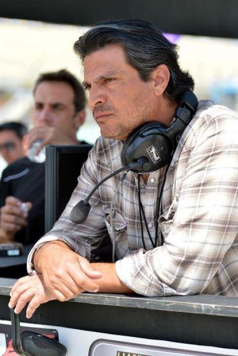 Roberto Mateos estaba muy serio siguiendo las indicaciones.