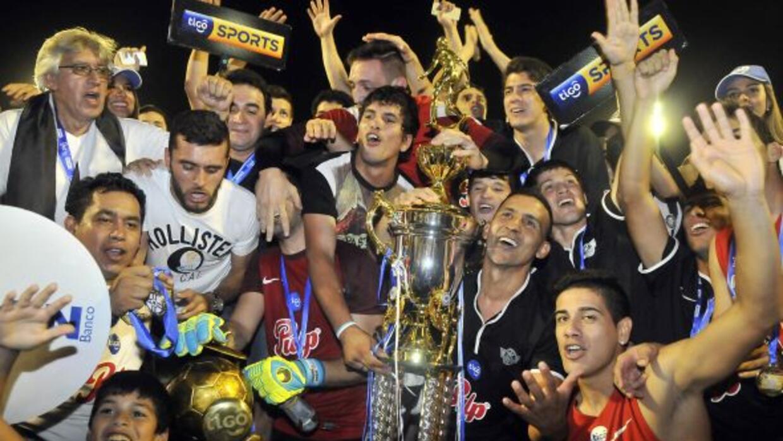 Los jugadores de Libertad celebran el campeonato.