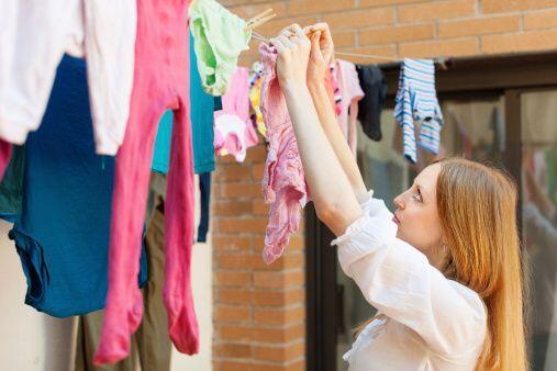 Si puedes o tienes la opción, deja secar tu ropa al aire libre, c...