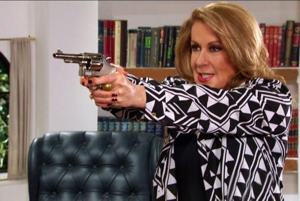 Baje esa arma doña Lorenza. ¿No se da cuenta que puede parar en la cárcel?
