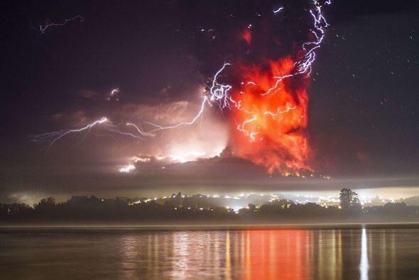 El Cabulco expulsó gran cantidad de lava, de un color anaranjado intenso.