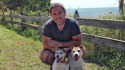 Ignacio con sus dos perros, Rocco y Maya.