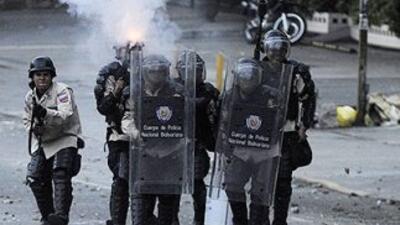 Policías venezolanos reprimen una manifestación de jóvenes contra el gob...