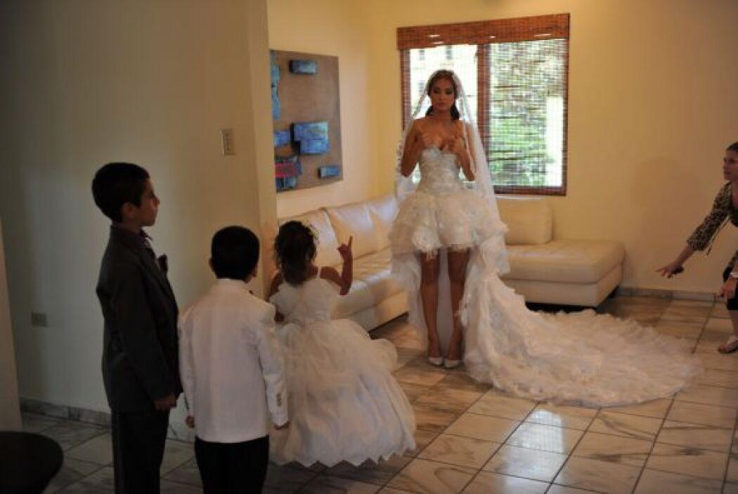 Los niños que serían pajes de la ceremonia visitaron a la novia.