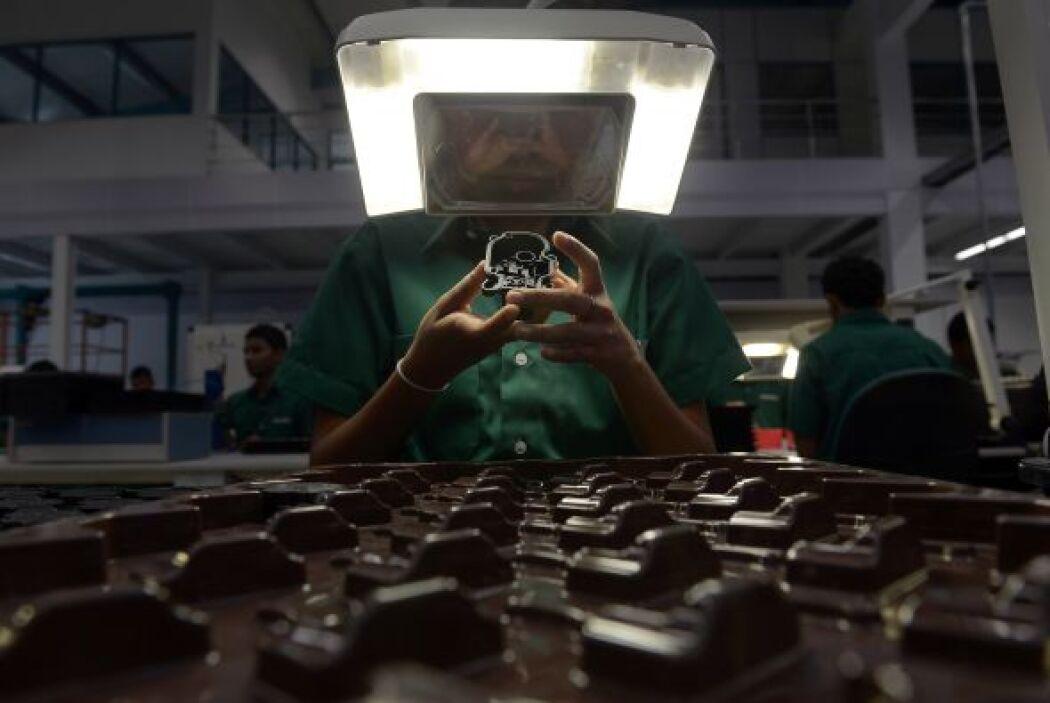 El trabajo del personal, en una nueva fábrica de troqueles en Sri Lanka,...