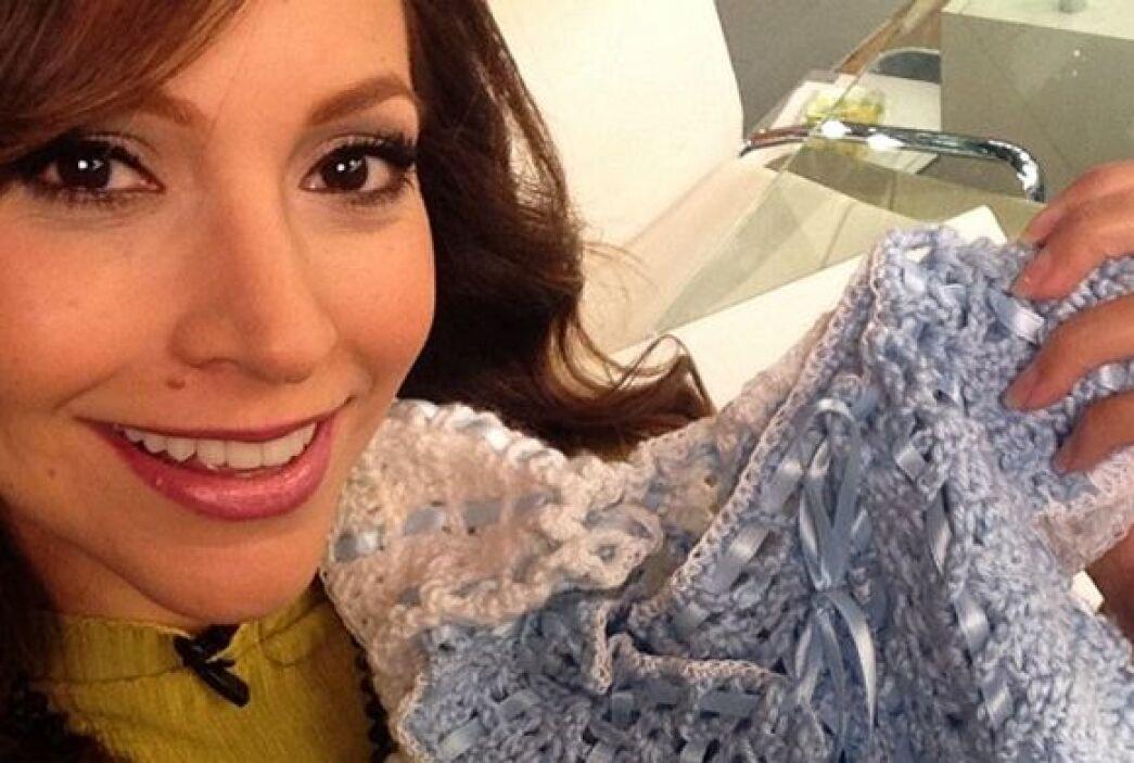 """""""Mi #selfie con las preciosas chambritas que tejió para mi bebé la mamá..."""