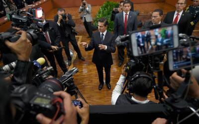 El presidente Enrique Peña Nieto, rodeado de periodistas en Los P...