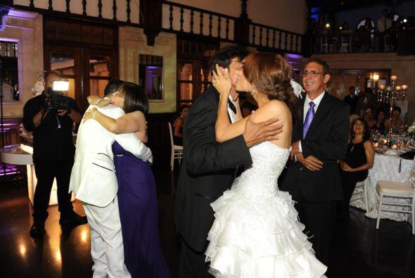 Luego los novios bailaron con sus padres. Alejandra con su papá y Aníbal...