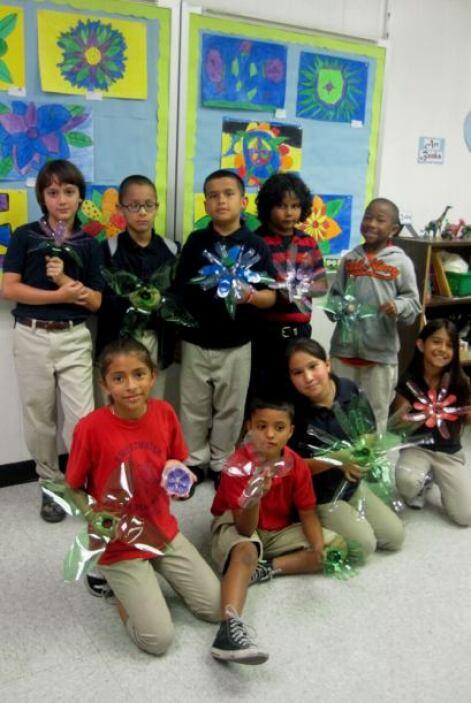 Los niños de la escuela crearon decenas de flores con botellas de plástico.
