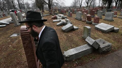 Tumbas profanadas en el cementerio Chesed Shel Emeth en University City,...