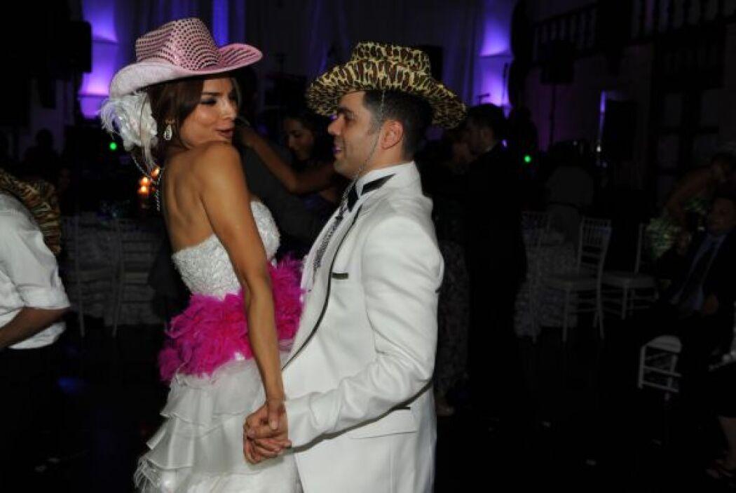 La pareja de recién casados no dejó la pista un momento y disfrutó al má...
