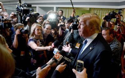 Donald Trump habla con la prensa en octubre de 2015 en Manchester, Nuevo...