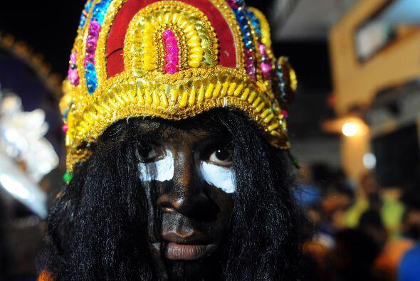 Un artista joven indio descansa durante una procesión religiosa Ravan ki...