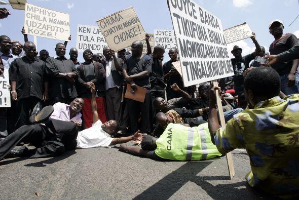 Detrás le sigue Malawi. Cerca de la mitad de la población vive con menos...