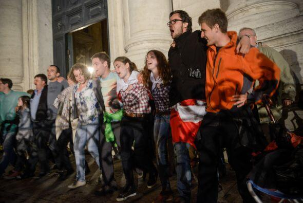 Miles de fieles católicos de diversos países abarrotaron esta noche las...