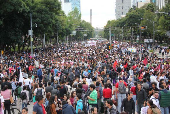 Miles de estudiantes, activistas y padres de los estudiantes desaparecid...