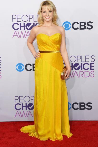 Melissa Rauch lució un vestido amarillo muy bien acompañado de accesorio...