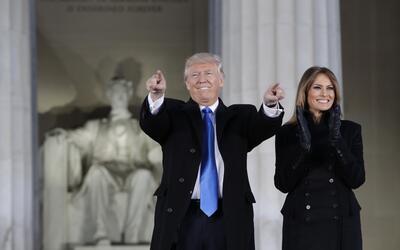 El presidente electo, Donald Trump, junto a la primera dama durante su l...