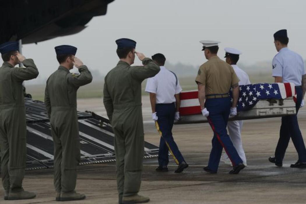 Febrero 25- Dos oficiales estadounidenses son asesinados en la sede del...