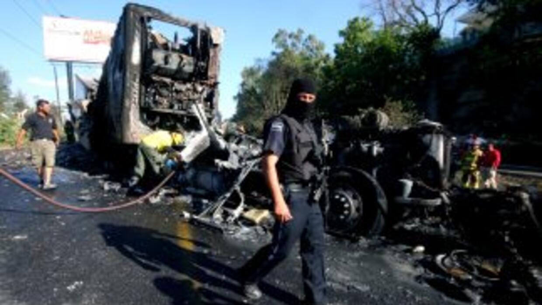 En uno de los bloqueos, los delincuentes incendiaron una pipa.