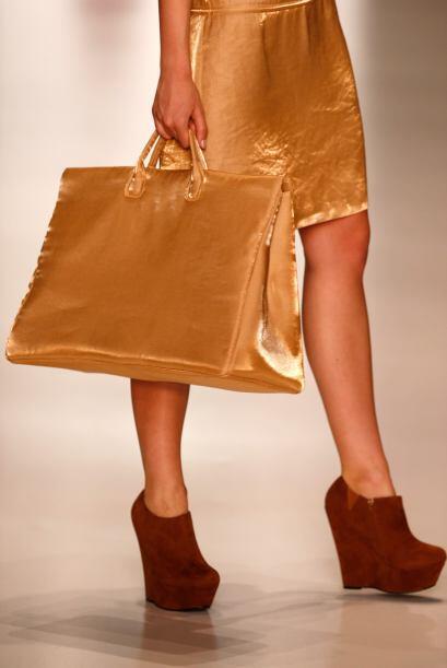 ¿Qué tal un bolso? Puedes lucir desde una elegante 'clutch' hasta una có...
