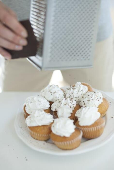 No dejes de poner suficiente chocolate sobre los 'cupcakes'.