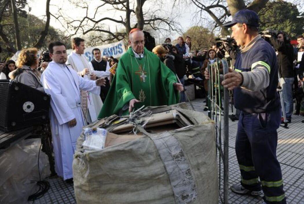 1.Bergoglio con cartoneros y prostitutas en la Plaza Constitución.  Cré...