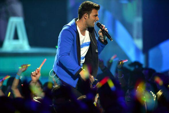 Su música fusiona elementos del pop latino con música elec...