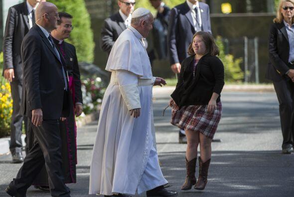 Esta chica esperaba al pontífice a las afueras de la Nunciatura Apostóli...