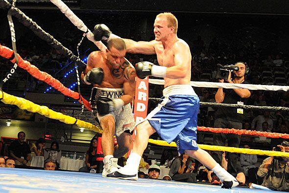 Cuando más acorralado estaba Joey Hernández pudo sacar sus mejores golpes.