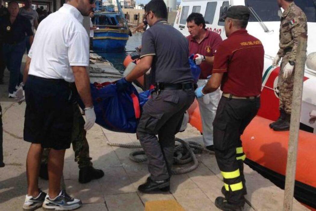 Miembros de los servicios de Emergencia recuperan el cadáver de un inmig...