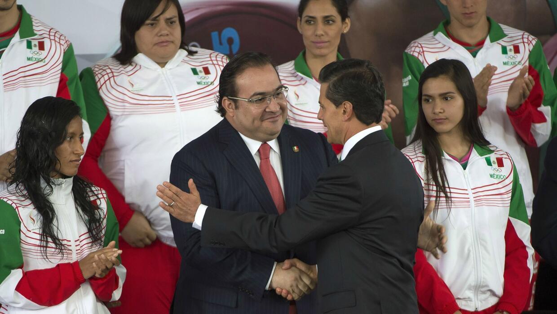 Javier Duarte y Enrique Peña Nieto, en el abanderamiento de la de...