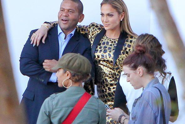 Jennifer se dio tiempo de tomarse fotos para los fans y la prensa que se...