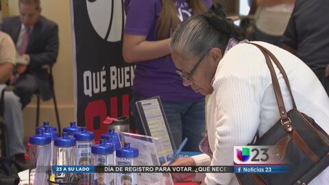 Hispanos en Dallas se registran para votar