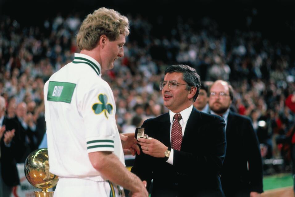 Larry Bird de los Celtics de Boston recibe su anillo del comisionado de...