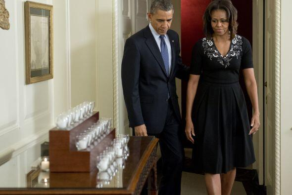 El presidente estadounidense, Barack Obama, y su esposa, Michelle, guard...