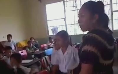 Mujer intenta aprovecharse de la pobreza de  los niños en una escuela en...