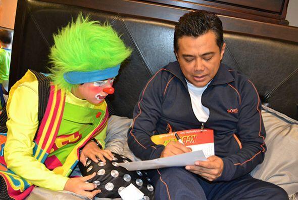 Ellos también quisieron llevarse un autógrafo de Raúl.   Escucha El Show...