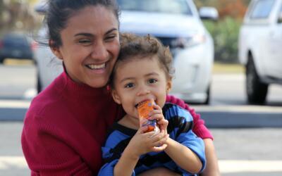 Paola y su hija de dos años de camino a Florida, en un viaje en a...