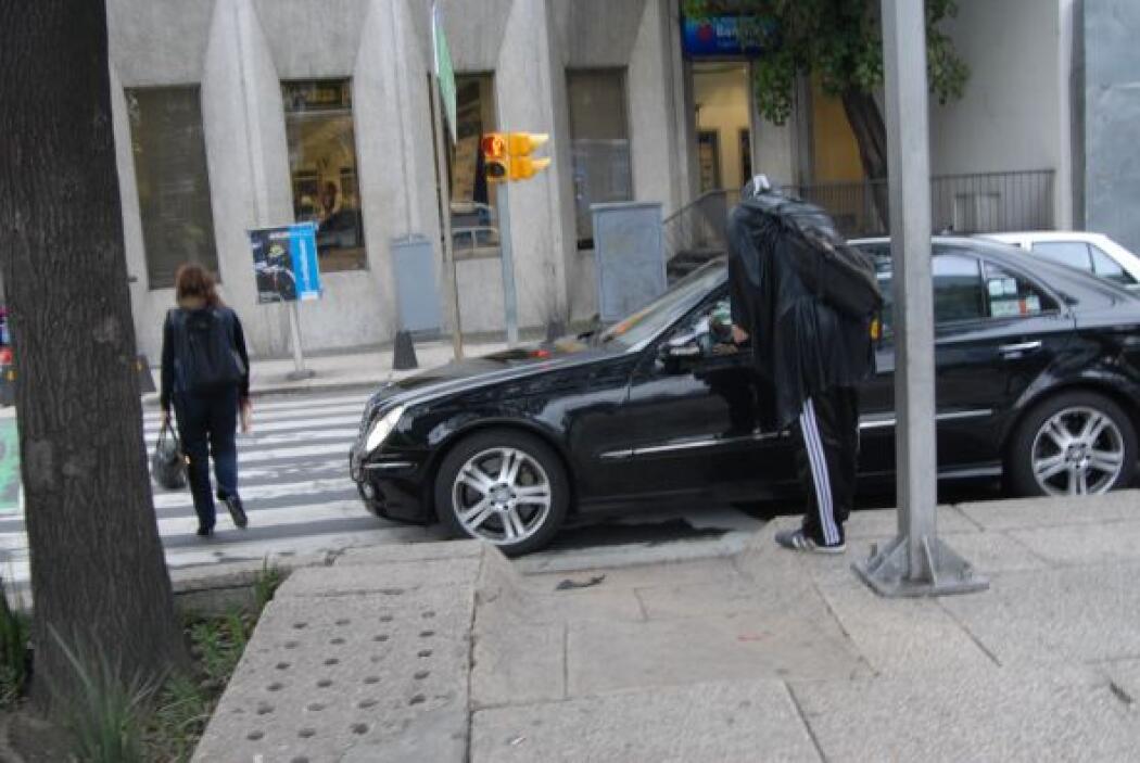 Sacando de la cotidianeidad a los automovilistas, Peatónito les hace ver...