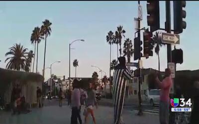 Payaso regaló abrazos en Santa Monica