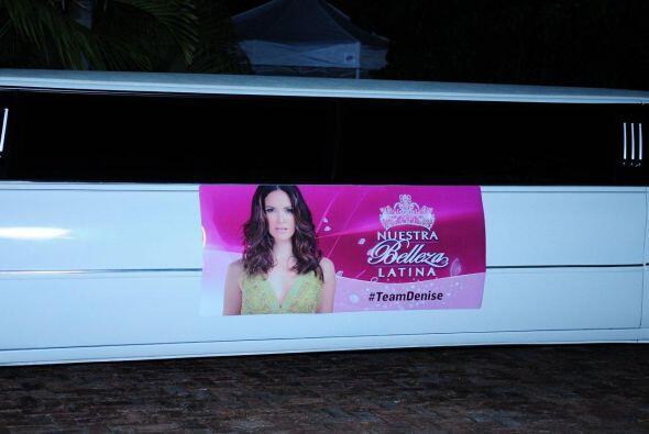 En el exterior, traía un enorme anuncio, en el que posan nuestras...