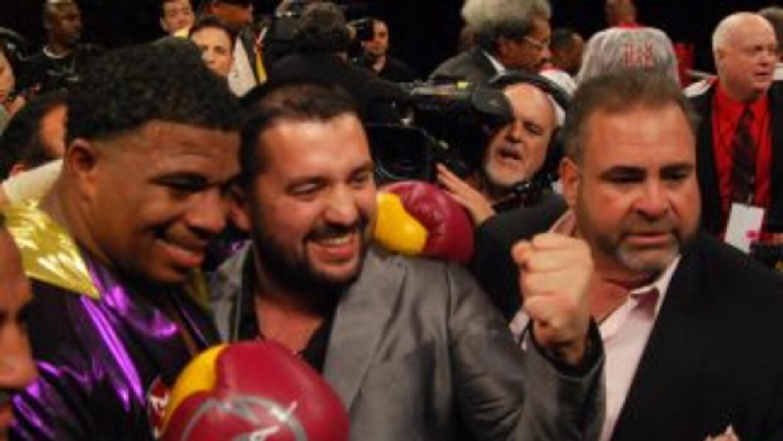 Odlanier Solis celebra con su promotor Ahmet Oner de Arena Promotions y...